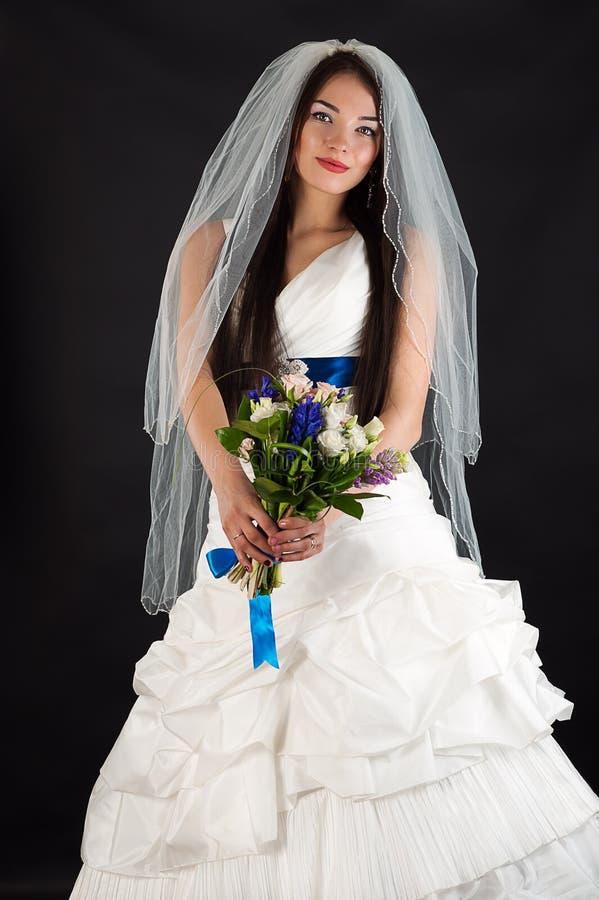 Mulher bonita em um vestido de casamento imagem de stock royalty free
