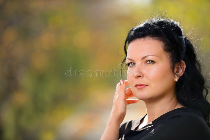 Mulher bonita em um vestido preto imagem de stock