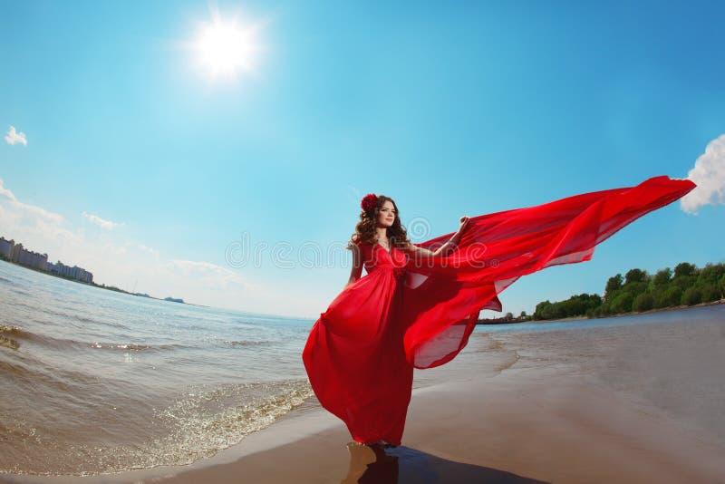Mulher bonita em um vestido vermelho brilhante foto de stock royalty free