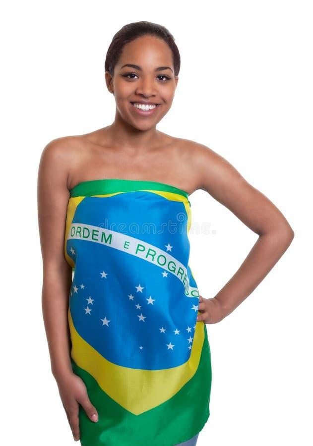 Mulher bonita em uma bandeira brasileira foto de stock royalty free
