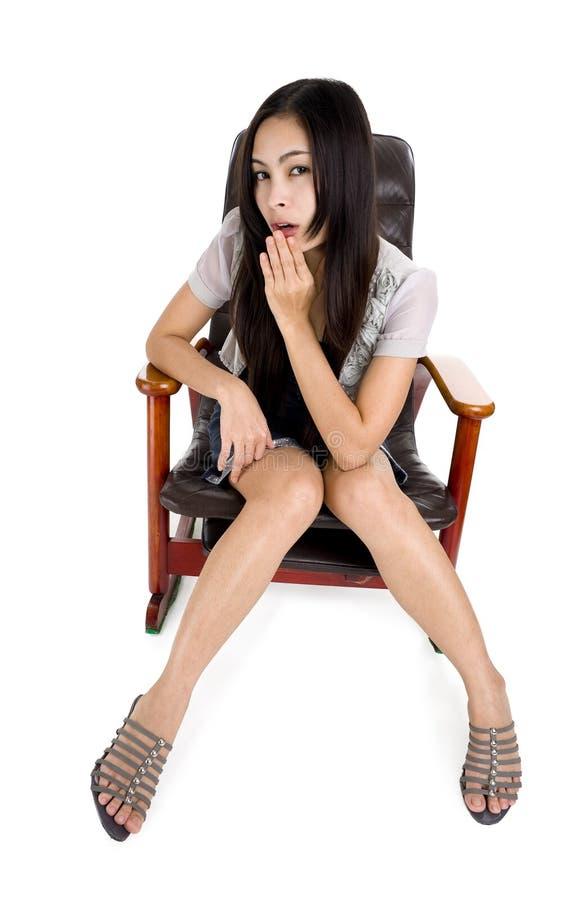Mulher bonita em uma cadeira de balanço imagens de stock