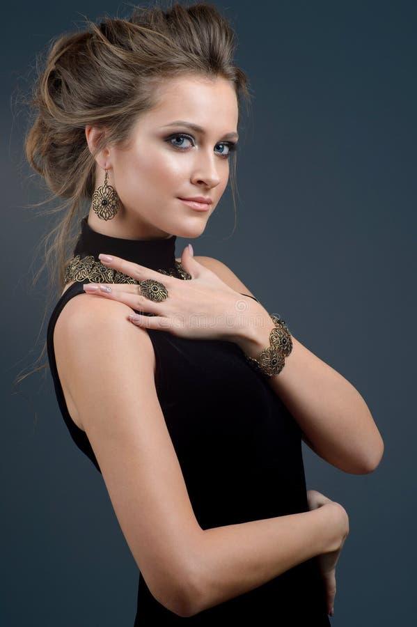 Mulher bonita em uma colar, em brincos e em anel Modelo na joia fotografia de stock royalty free