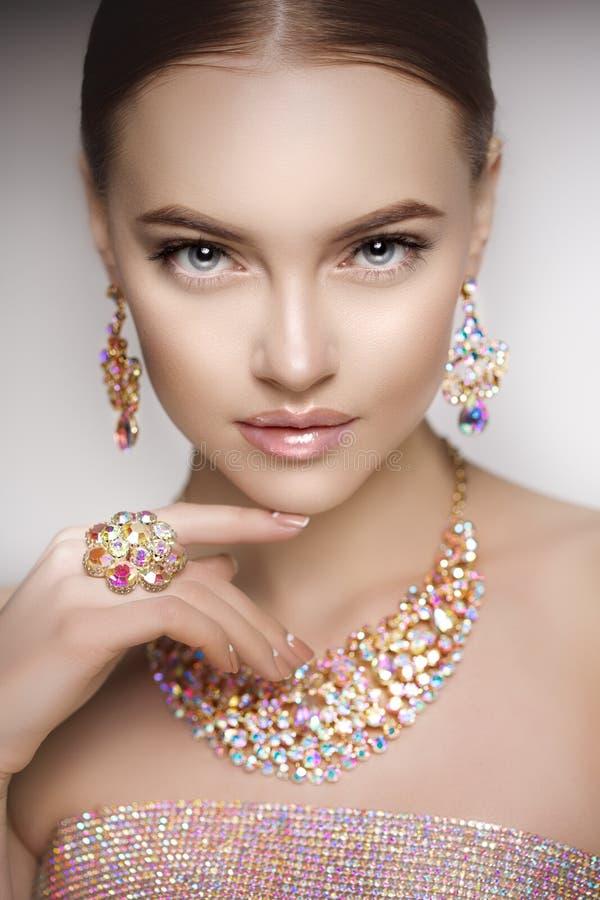 Mulher bonita em uma colar, em brincos e em anel Modelo na joia imagens de stock