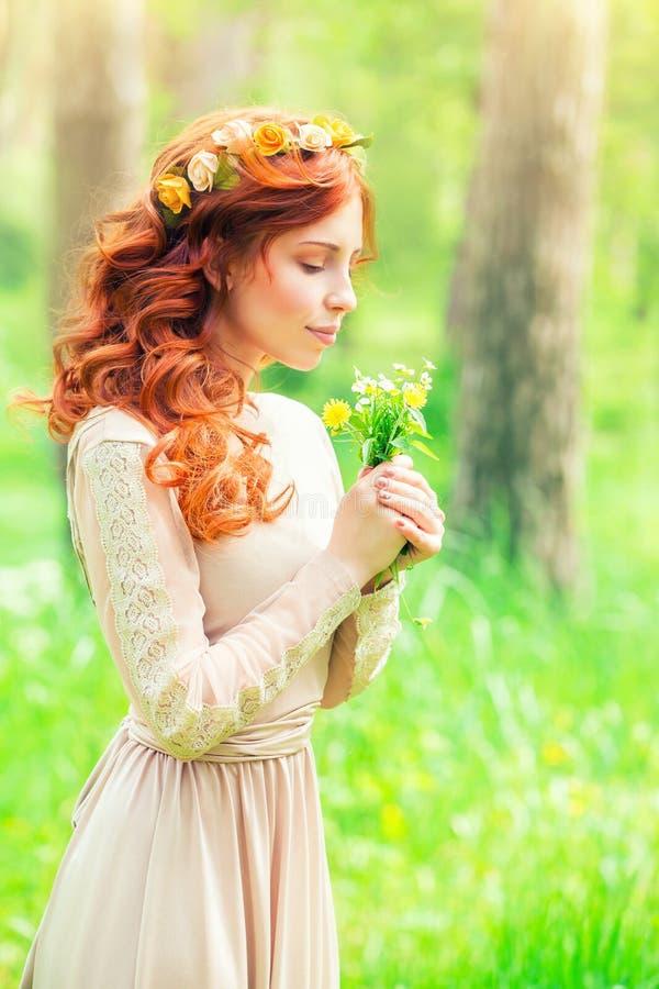 Mulher bonita em uma floresta fotos de stock royalty free