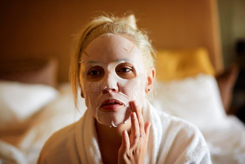 Mulher bonita em uma máscara protetora, pele limpa, aparência saudável fotografia de stock royalty free