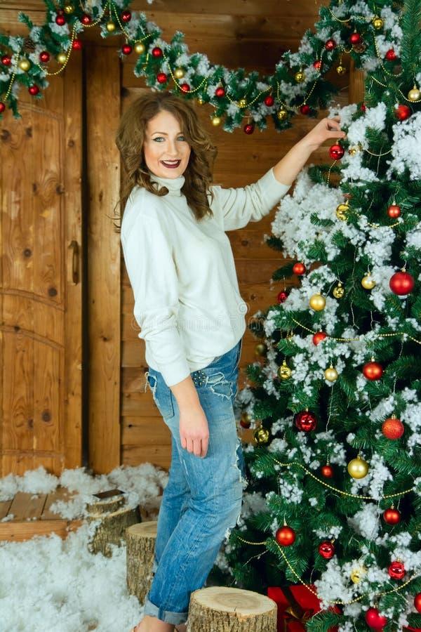 Mulher bonita em vestidos do interior do ano novo foto de stock royalty free
