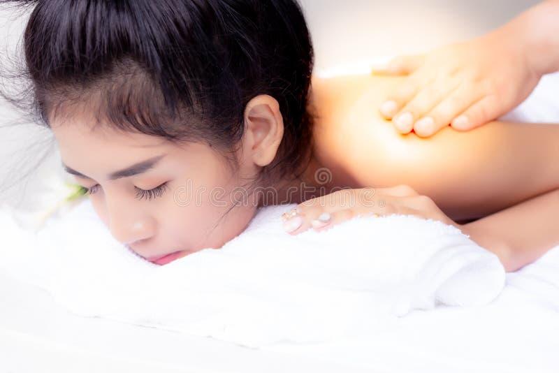 A mulher bonita encantador do cliente obtiver relaxado, sonolento quando prof. foto de stock
