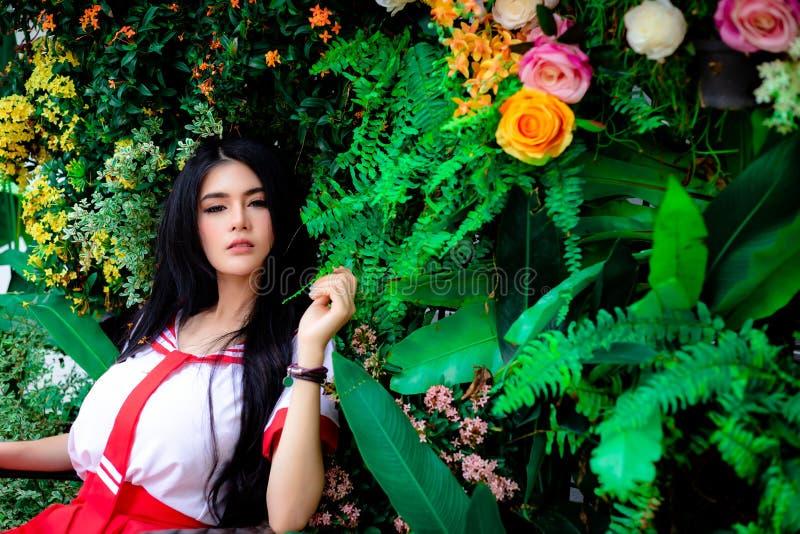 Mulher bonita encantador do retrato Gabinete bonito atrativo da menina foto de stock royalty free