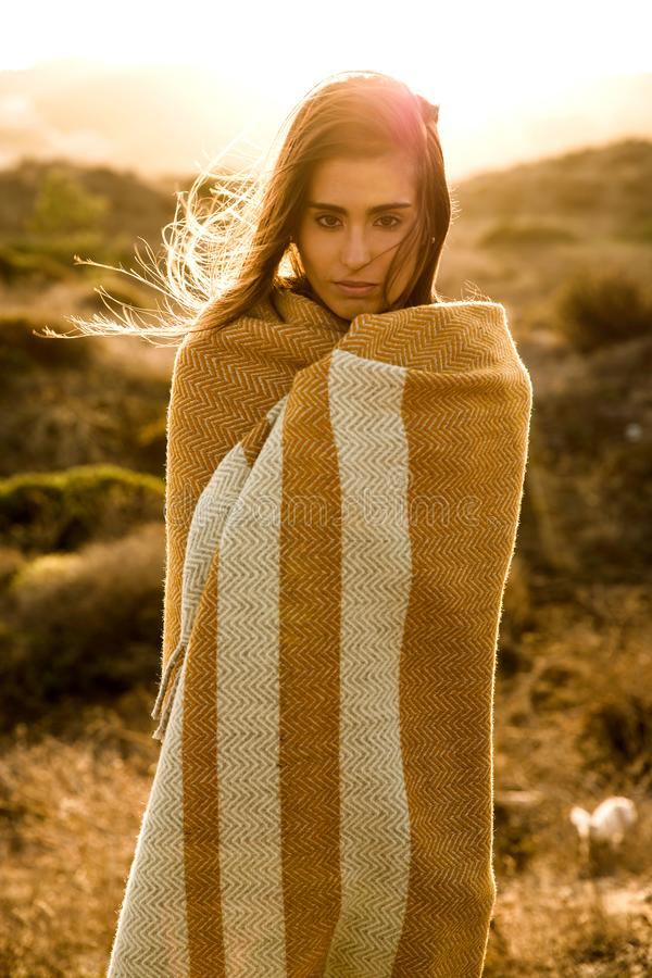 Mulher bonita envolvida em uma toalha de lãs foto de stock royalty free