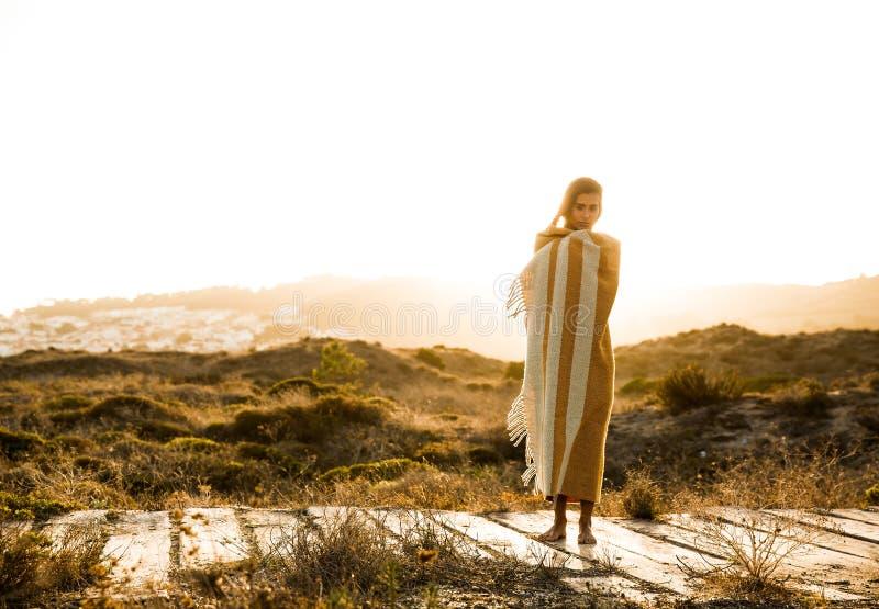 Mulher bonita envolvida em uma toalha de lãs imagem de stock royalty free