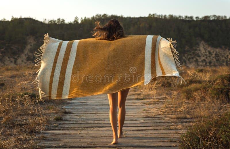 Mulher bonita envolvida em uma toalha de lãs imagens de stock royalty free
