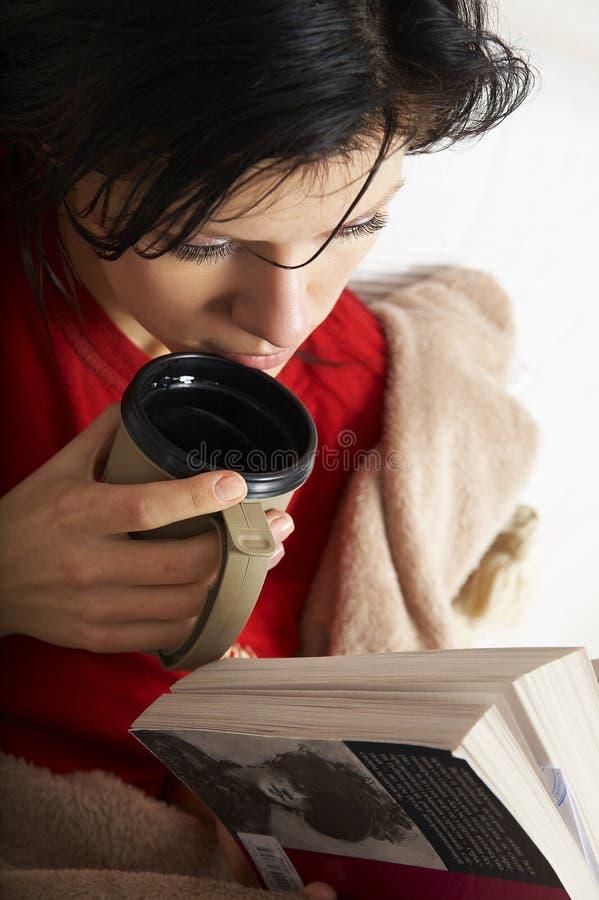 A mulher bonita está lendo um livro imagens de stock
