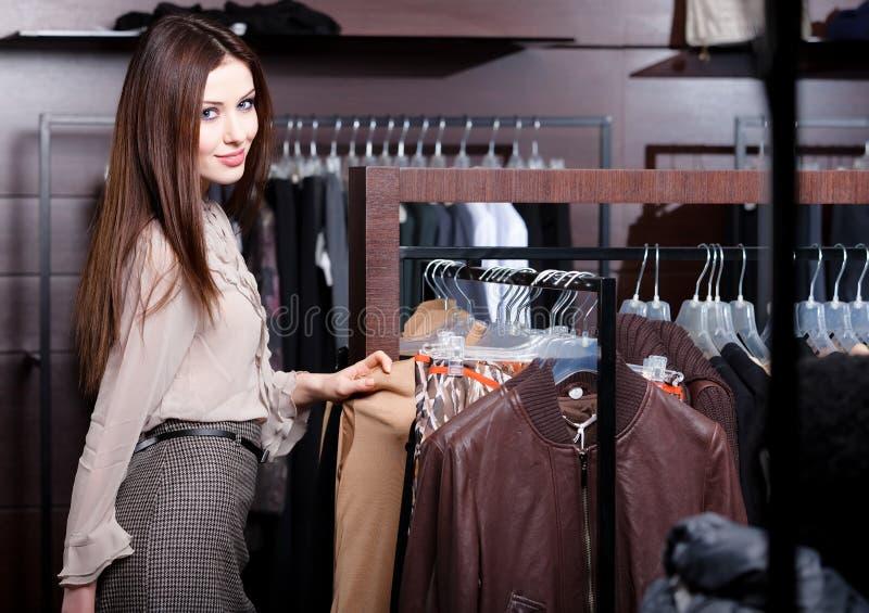 A mulher bonita está na loja imagens de stock