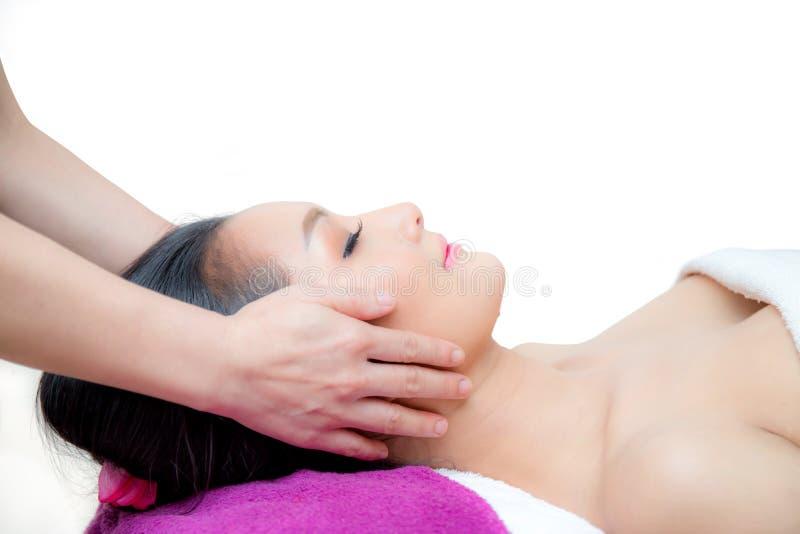 A mulher bonita está obtendo uma massagem facial foto de stock