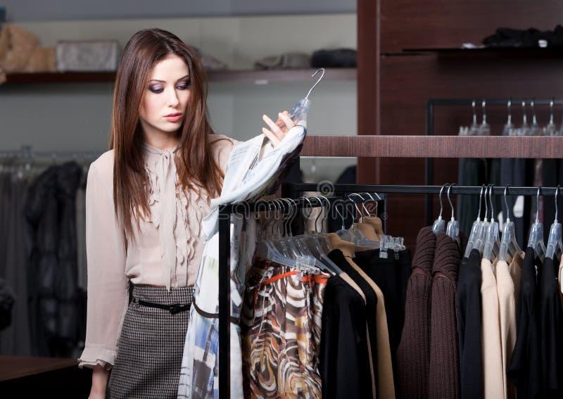 A mulher bonita está na loja imagem de stock