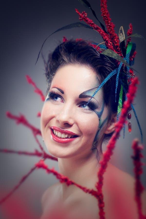Mulher bonita Estilo de Cosplay com cabelo criativo brilhante imagem de stock