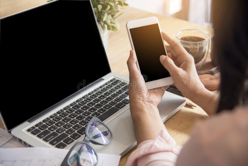 A mulher bonita explora o Web site em linha da compra Feche acima das mãos da jovem mulher que compram em linha usando o portátil fotografia de stock