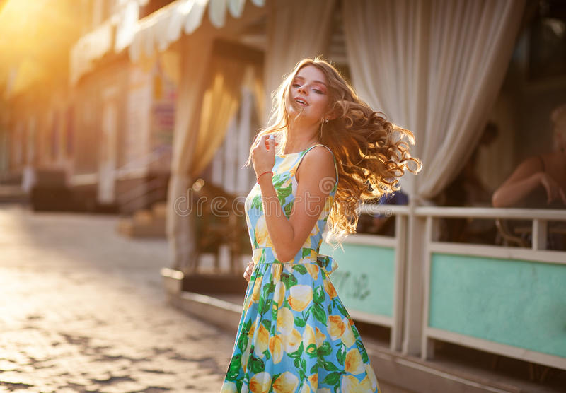 Mulher bonita feliz com cabelo longo lisonjeiramente no st do verão imagens de stock