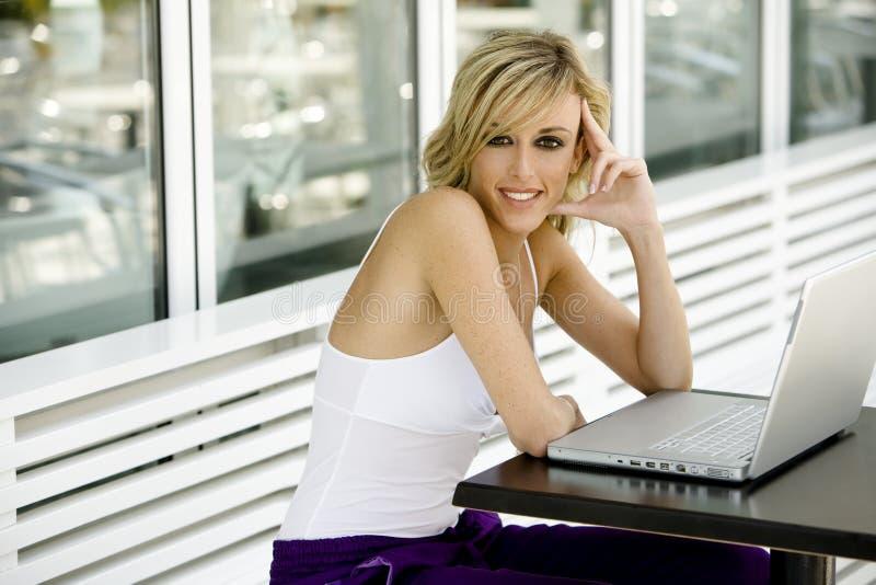 Mulher bonita feliz com computador portátil foto de stock royalty free