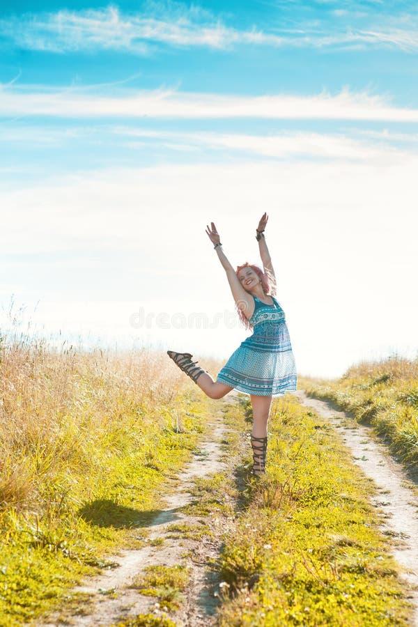 Mulher bonita feliz exterior imagem de stock royalty free