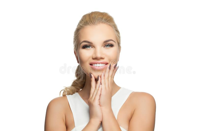 Mulher bonita feliz isolada no fundo branco Face de sorriso da menina fotos de stock royalty free