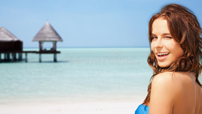 Mulher bonita feliz na praia tropical foto de stock