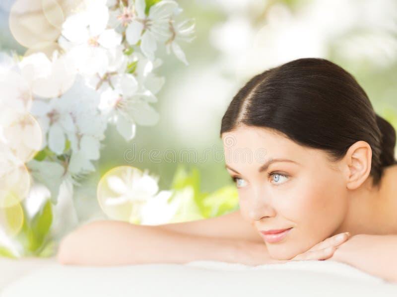 Mulher bonita feliz que encontra-se nos termas imagens de stock royalty free