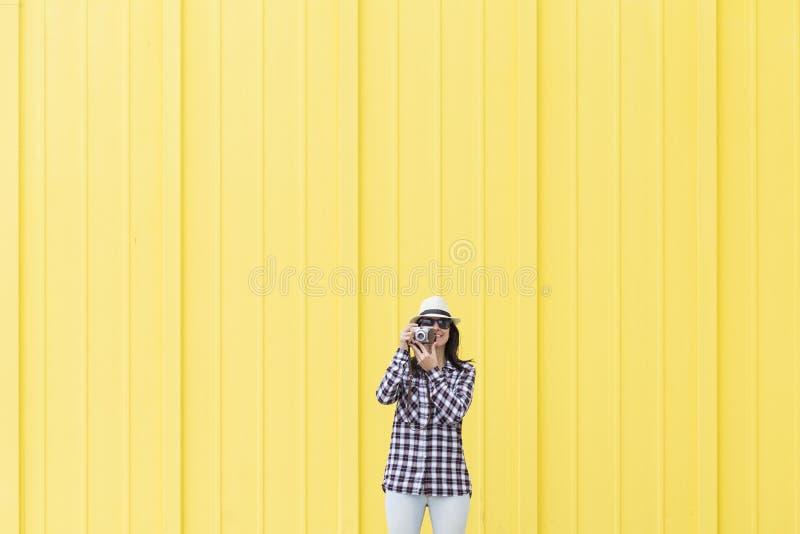 Mulher bonita feliz que fala um selfie com um ove da câmera do vintage imagens de stock royalty free