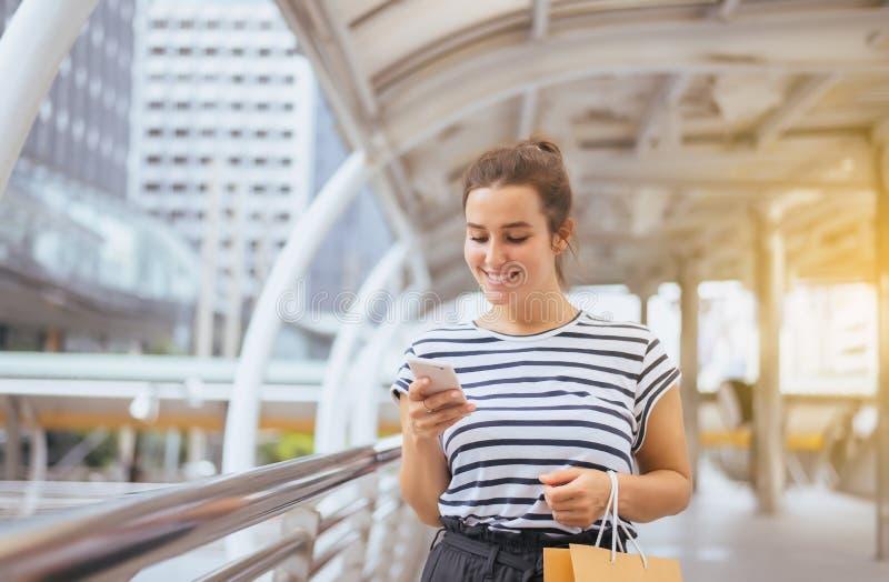 Mulher bonita feliz que usa o Internet do conection do telefone celular, conversando, lendo a mensagem de texto, rede social imagem de stock