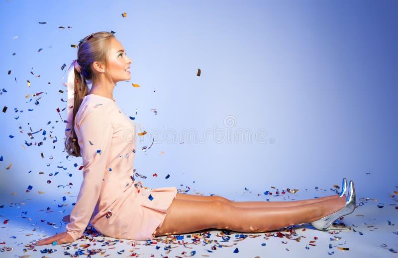 Mulher bonita feliz sob confetes povos, feriados, emoção fotos de stock royalty free