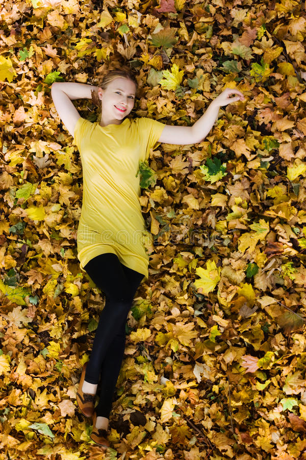 Mulher bonita - folhas de outono amarelas - queda fotografia de stock