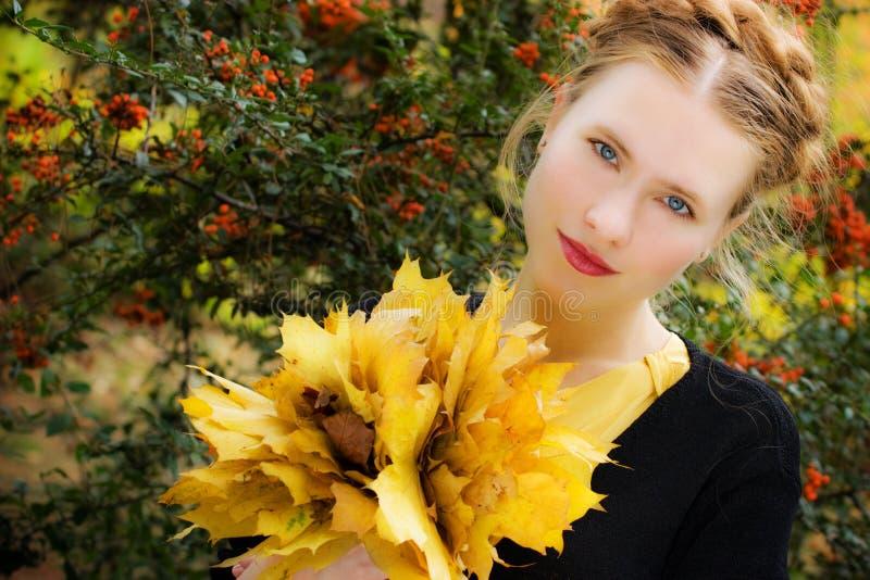 Mulher bonita - folhas de outono amarelas - queda imagens de stock royalty free