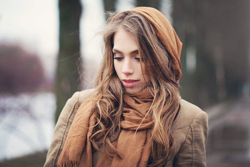 Mulher bonita fora no dia frio foto de stock royalty free