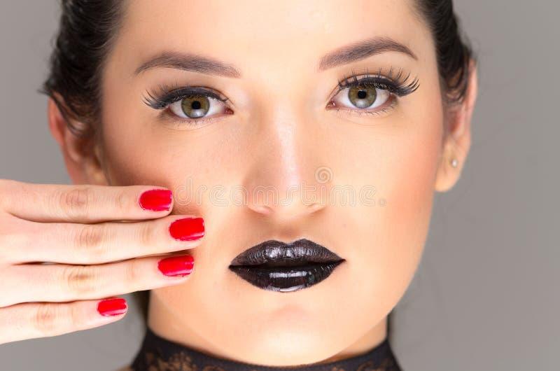 Mulher bonita gótico nova com pregos vermelhos foto de stock royalty free