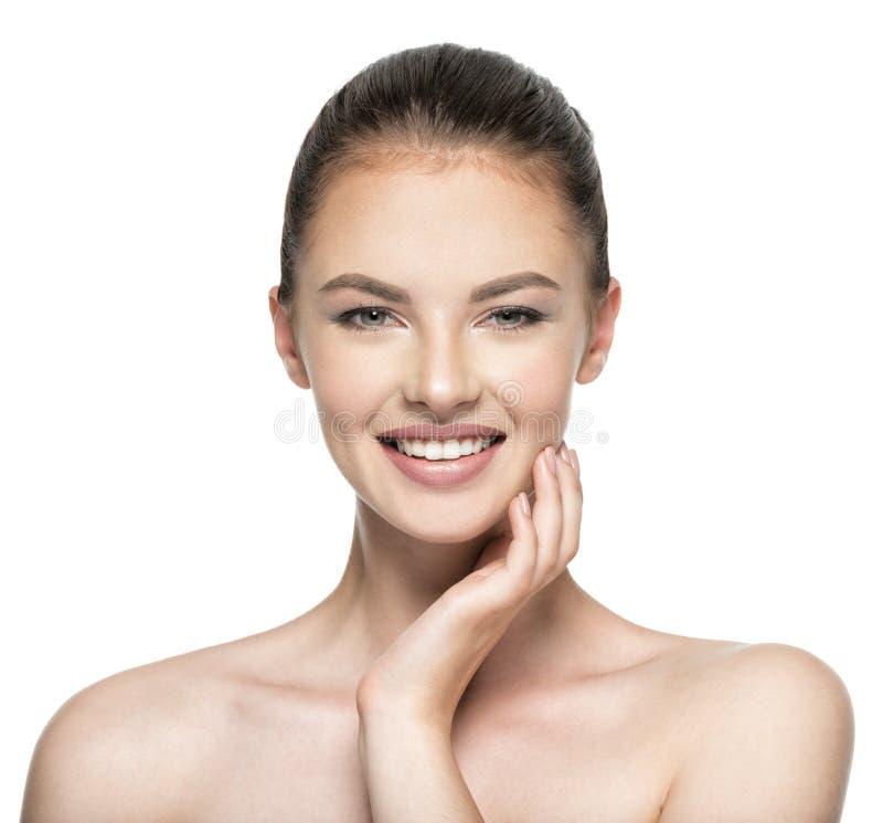A mulher bonita importa-se com a cara da pele - isolada no branco fotos de stock