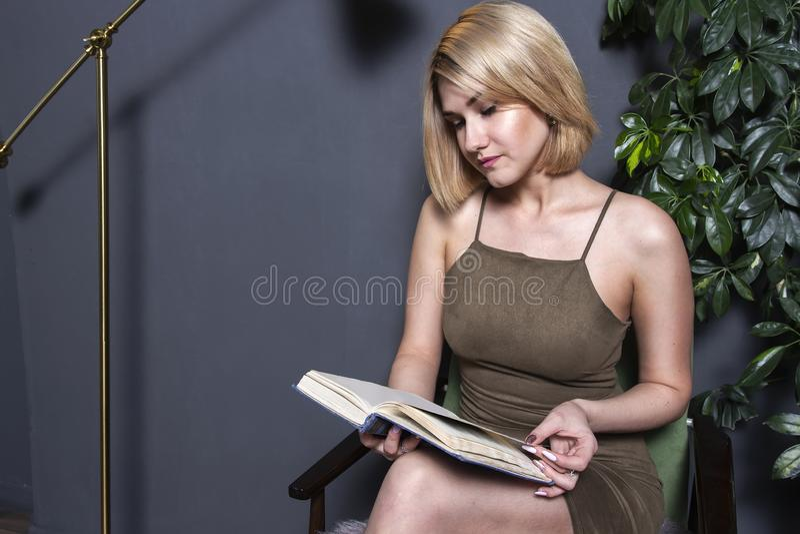 A mulher bonita lê o livro no plano Rapariga com livro imagens de stock royalty free