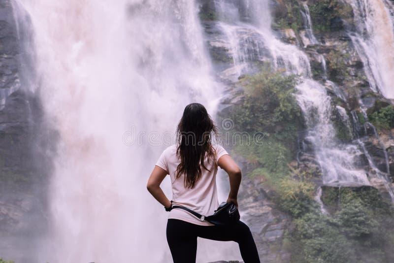 Mulher bonita na cachoeira grande após a caminhada em Chiang Mai & em x28; Tailândia fotos de stock royalty free