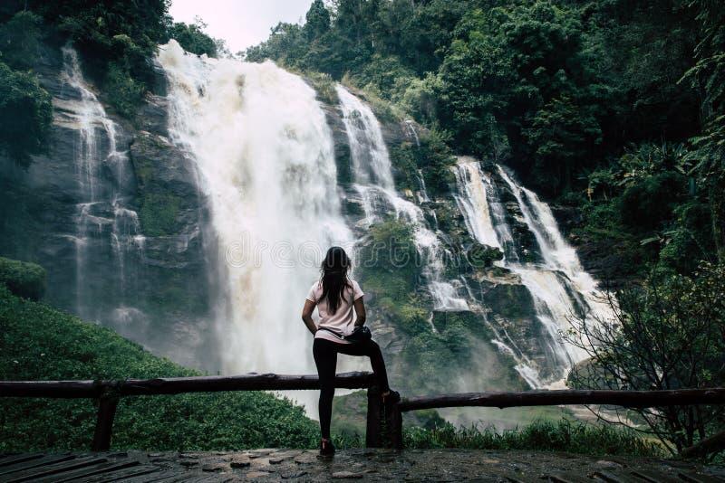Mulher bonita na cachoeira grande após a caminhada em Chiang Mai & em x28; Tailândia fotografia de stock royalty free