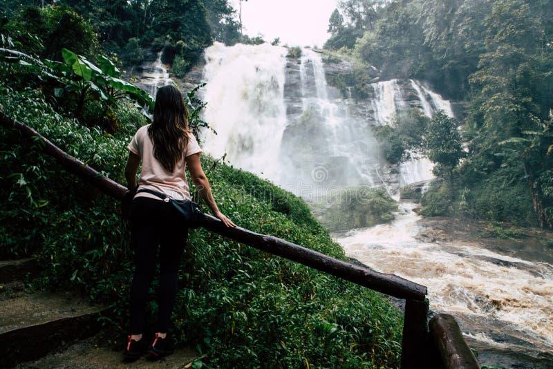 Mulher bonita na cachoeira grande após a caminhada em Chiang Mai & em x28; Tailândia imagens de stock