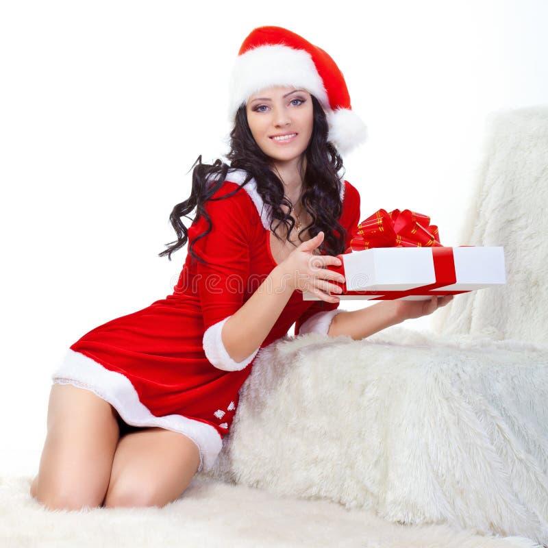 Mulher bonita na caixa de presente da terra arrendada do traje de Santa imagem de stock royalty free
