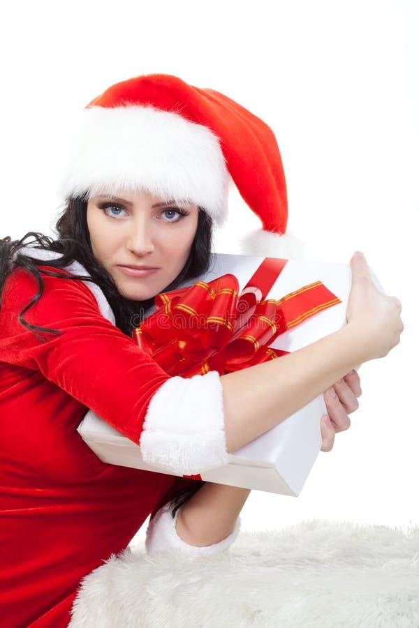 Mulher bonita na caixa de presente da terra arrendada do traje de Santa imagens de stock royalty free