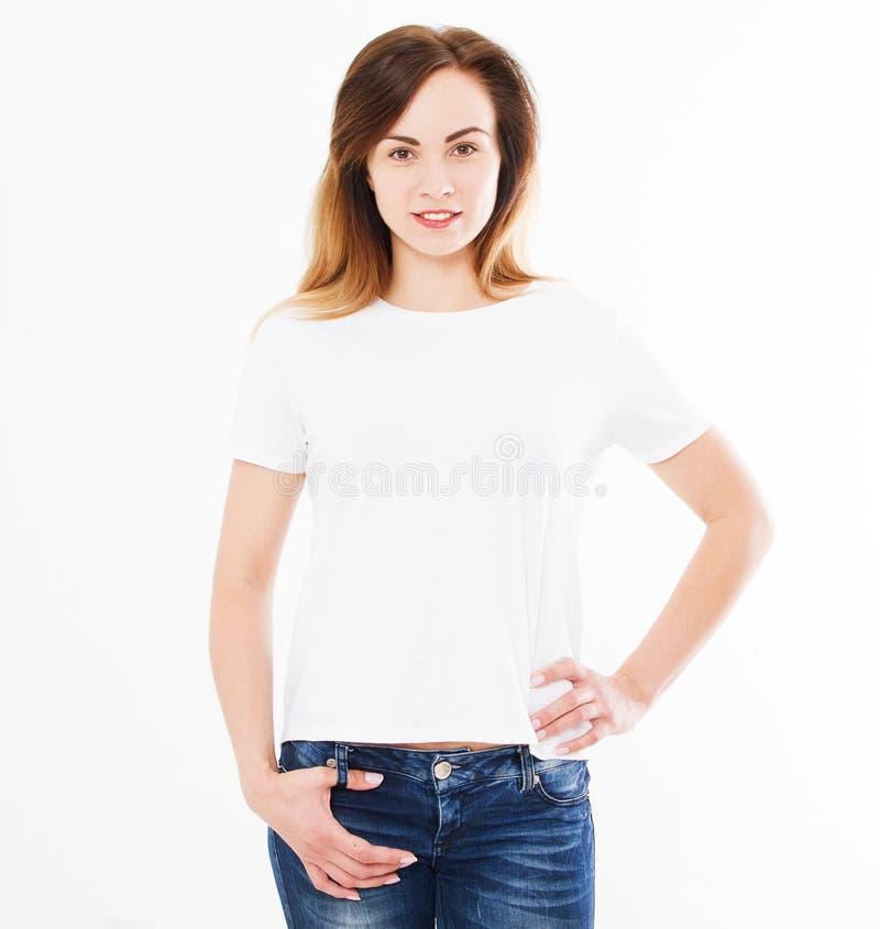 Mulher bonita na camisa branca de t, no projeto da camisa e no conceito dos povos Opinião dianteira de camisas isolada no fundo b imagem de stock