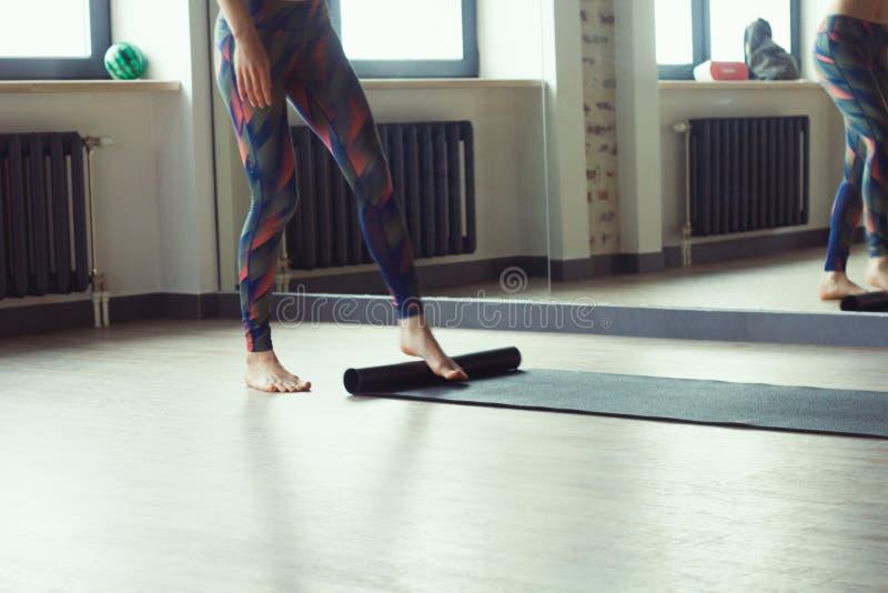 Mulher bonita na classe da ioga imagens de stock