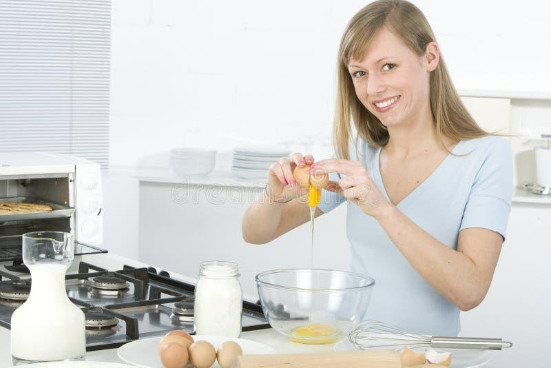 Mulher bonita na cozinha foto de stock