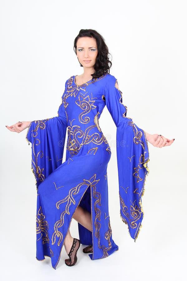 Mulher bonita na dança árabe da dança imagens de stock royalty free