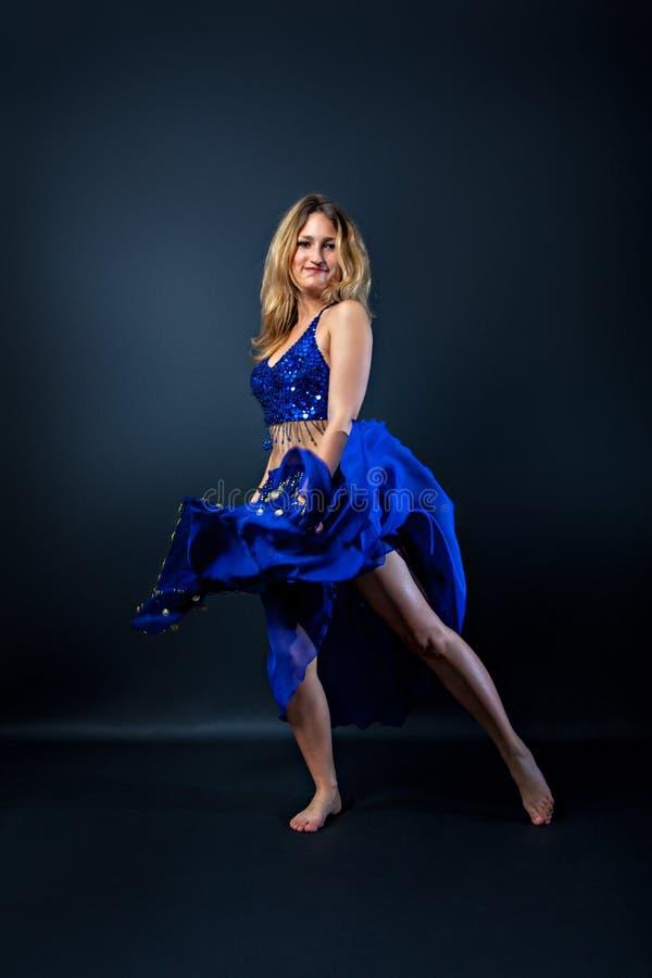 Mulher bonita na dança do ventre da dança do traje do blau imagens de stock