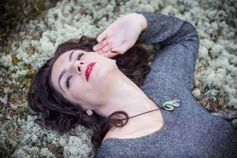 Mulher bonita na floresta musgoso imagens de stock royalty free