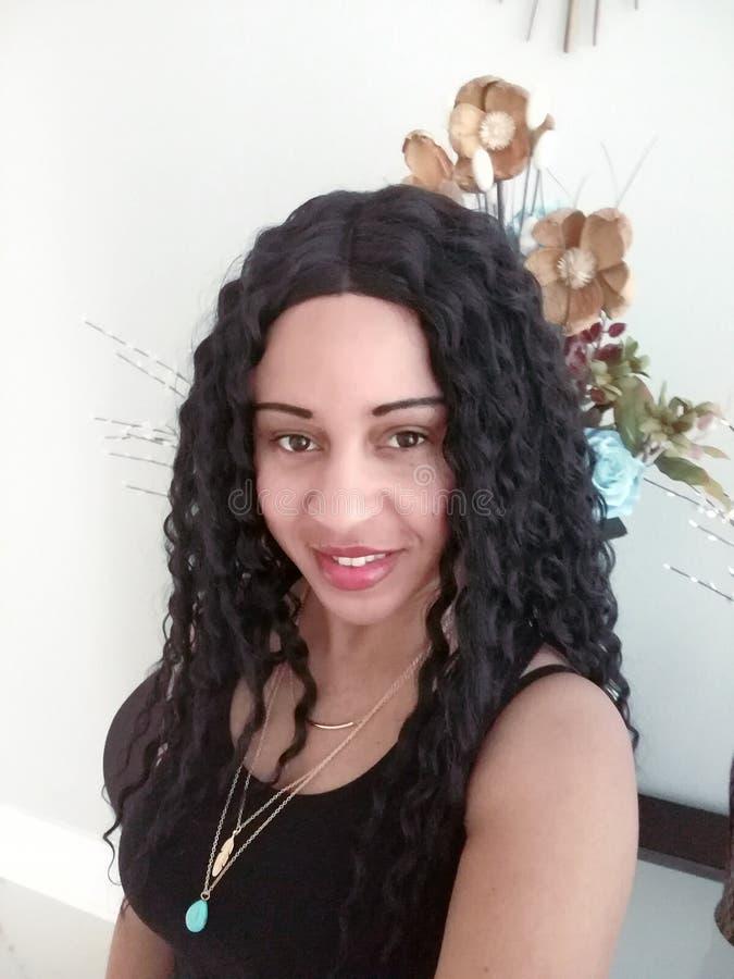 Mulher bonita na fotografia com fundo das flores imagem de stock royalty free