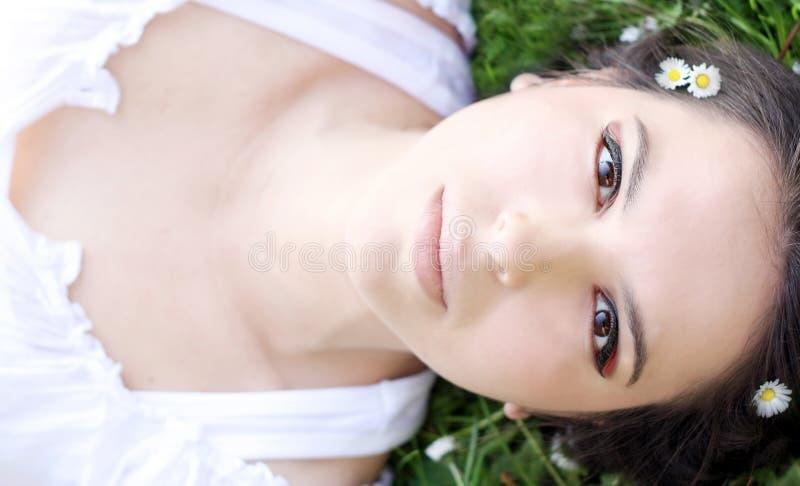 Mulher bonita na mola imagem de stock royalty free