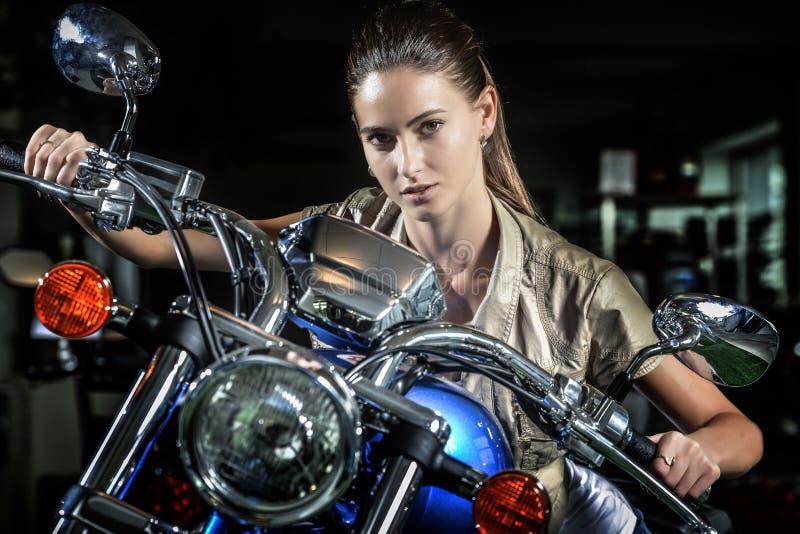 Mulher bonita na motocicleta na noite imagem de stock royalty free